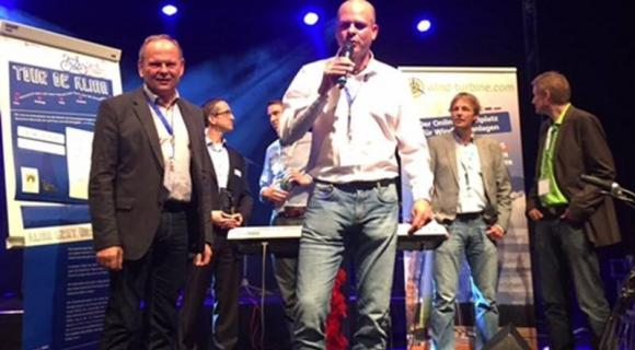Dr. Rainer Sack (l.),  Geschäftsführer der Sabowind GmbH, hat auf den 24. Windenergietagen in Linstow den Wind Website Award 2015 in Empfang genommen. (Foto: wind-turbine.com)