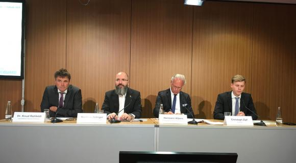 Pressegespräch von VDMA und BWE am 23. Juli 2019 in Berlin (v. l.): Dr. Knud Rehfeldt, Deutsche WindGuard, Matthias Zelinger, VDMA Power Systems, Hermann Albers, Bundesverband WindEnergie, und Christoph Zipf, Bundesverband WindEnergie
